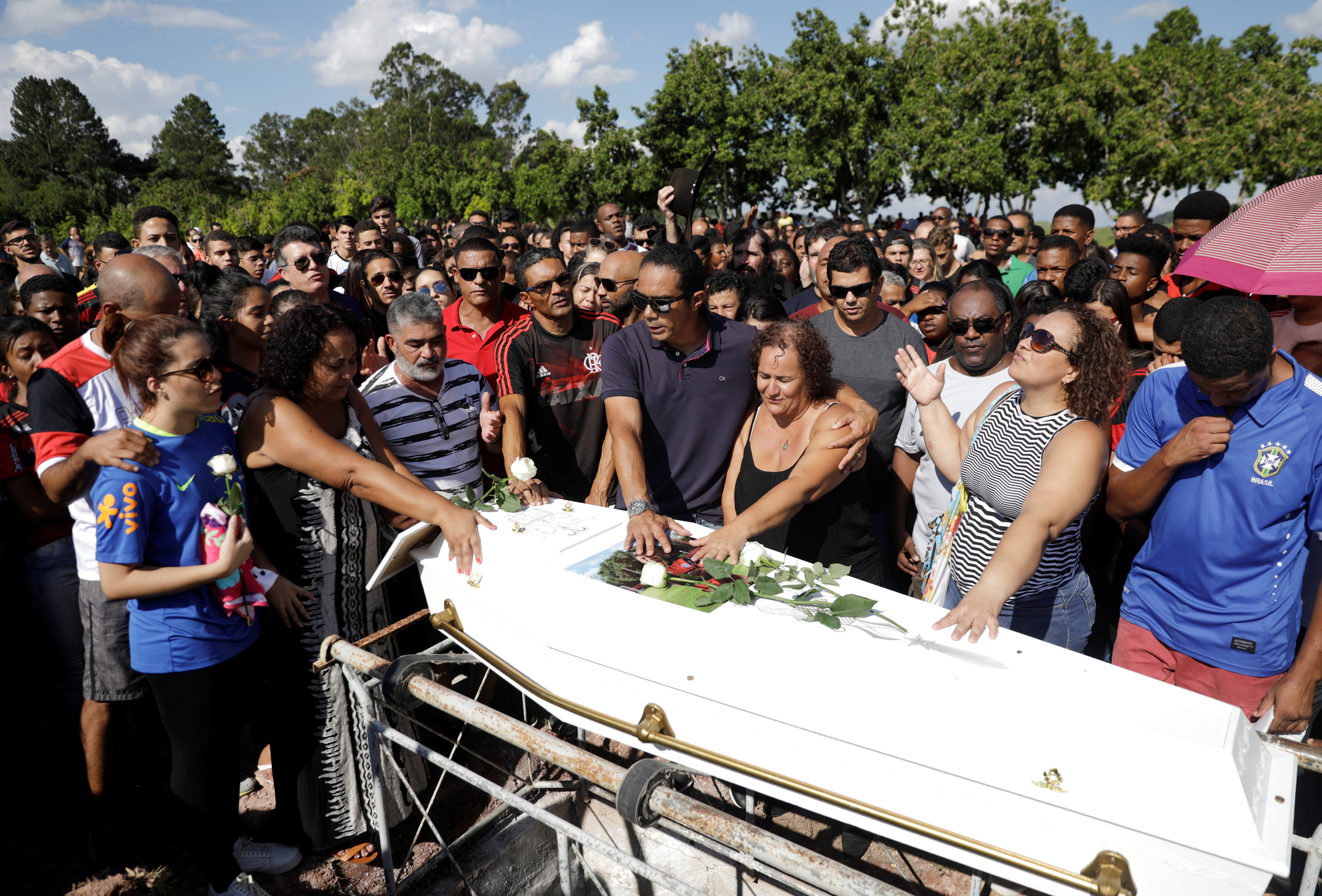 تشييع جثامين قتلى حريق مركز تدريب نادى فلامنجو البرازيلى (3)