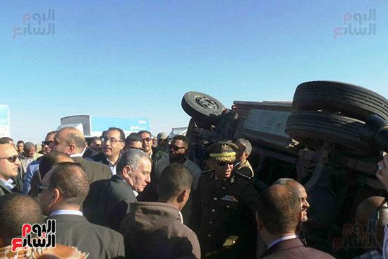 رئيس-الوزراء-يوقف-موكبه-على-الطريق-الصحراوى-للاطمئنان-على-حادث-بأسوان-(5)