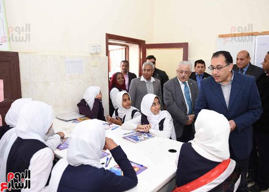 رئيس الوزراء فى جولة بمدارس أسوان ويشهد توزيع التابلت على الطلاب (5)