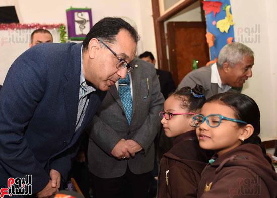 رئيس الوزراء فى جولة بمدارس أسوان ويشهد توزيع التابلت على الطلاب (11)