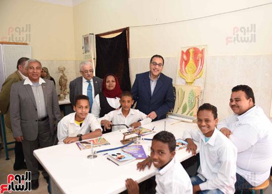 رئيس الوزراء فى جولة بمدارس أسوان ويشهد توزيع التابلت على الطلاب (7)