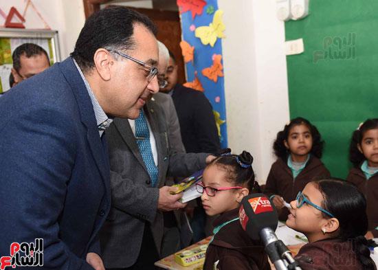 رئيس الوزراء فى جولة بمدارس أسوان ويشهد توزيع التابلت على الطلاب (10)