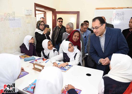 رئيس الوزراء فى جولة بمدارس أسوان ويشهد توزيع التابلت على الطلاب (6)