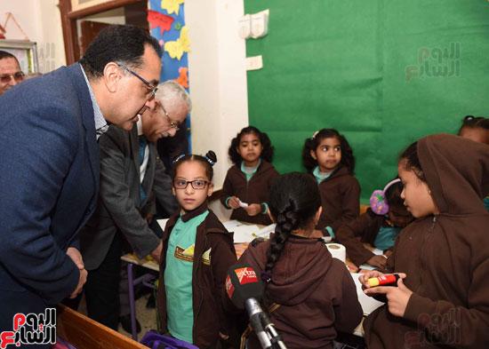 رئيس الوزراء فى جولة بمدارس أسوان ويشهد توزيع التابلت على الطلاب (9)