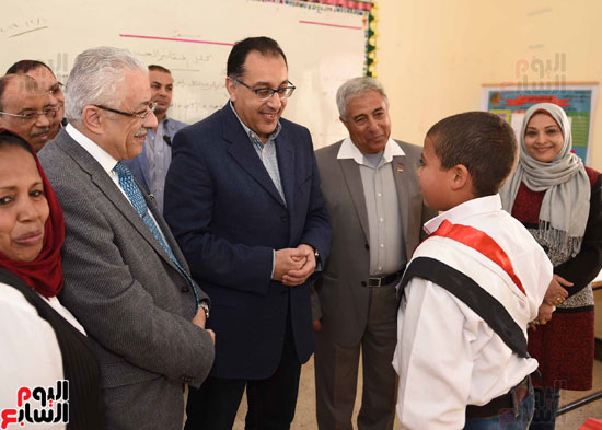 رئيس الوزراء فى جولة بمدارس أسوان ويشهد توزيع التابلت على الطلاب (4)