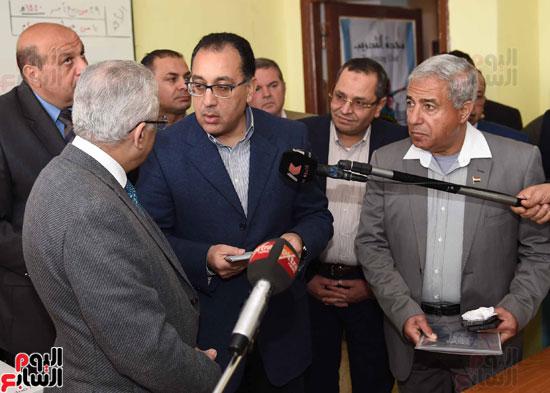 رئيس الوزراء فى جولة بمدارس أسوان ويشهد توزيع التابلت على الطلاب (2)