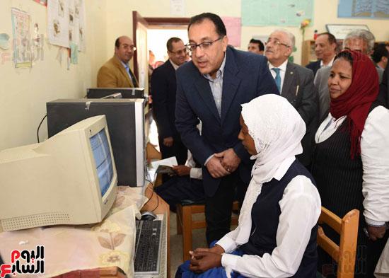 رئيس الوزراء فى جولة بمدارس أسوان ويشهد توزيع التابلت على الطلاب (3)