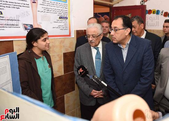 رئيس الوزراء فى جولة بمدارس أسوان ويشهد توزيع التابلت على الطلاب (1)