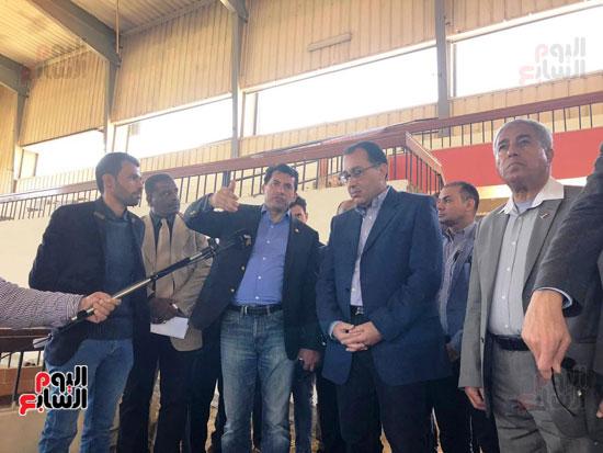 الدكتور مصطفى مدبولى يتفقد أعمال التطوير بصالة أسوان للألعاب الرياضية  (2)