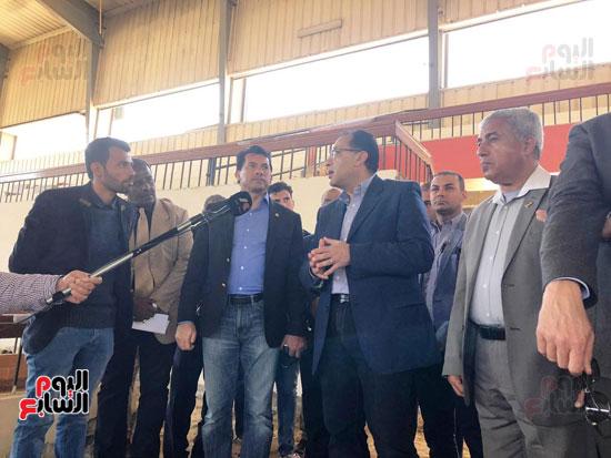 الدكتور مصطفى مدبولى يتفقد أعمال التطوير بصالة أسوان للألعاب الرياضية  (1)