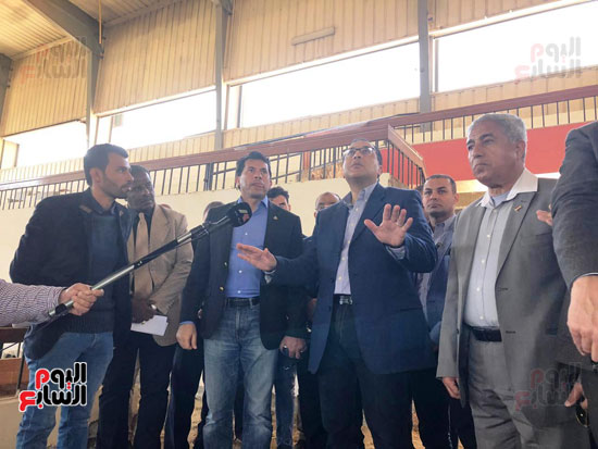 الدكتور مصطفى مدبولى يتفقد أعمال التطوير بصالة أسوان للألعاب الرياضية  (6)