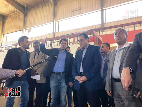 الدكتور مصطفى مدبولى يتفقد أعمال التطوير بصالة أسوان للألعاب الرياضية  (3)