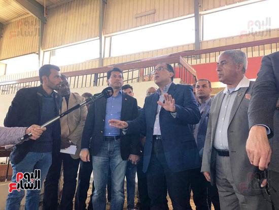 الدكتور مصطفى مدبولى يتفقد أعمال التطوير بصالة أسوان للألعاب الرياضية  (4)