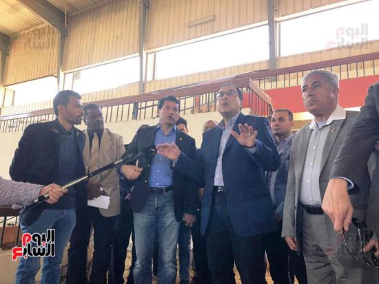 الدكتور مصطفى مدبولى يتفقد أعمال التطوير بصالة أسوان للألعاب الرياضية  (5)