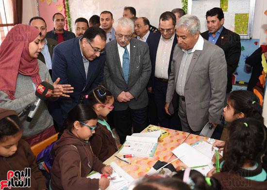 رئيس الوزراء فى جولة بمدارس أسوان ويشهد توزيع التابلت على الطلاب (13)
