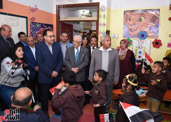 رئيس الوزراء فى جولة بمدارس أسوان ويشهد توزيع التابلت على الطلاب (14)