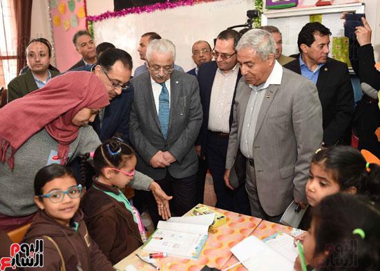 رئيس الوزراء فى جولة بمدارس أسوان ويشهد توزيع التابلت على الطلاب (12)
