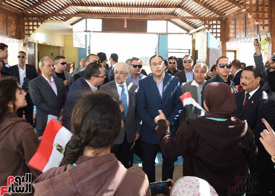 رئيس الوزراء فى جولة بمدارس أسوان ويشهد توزيع التابلت على الطلاب (8)