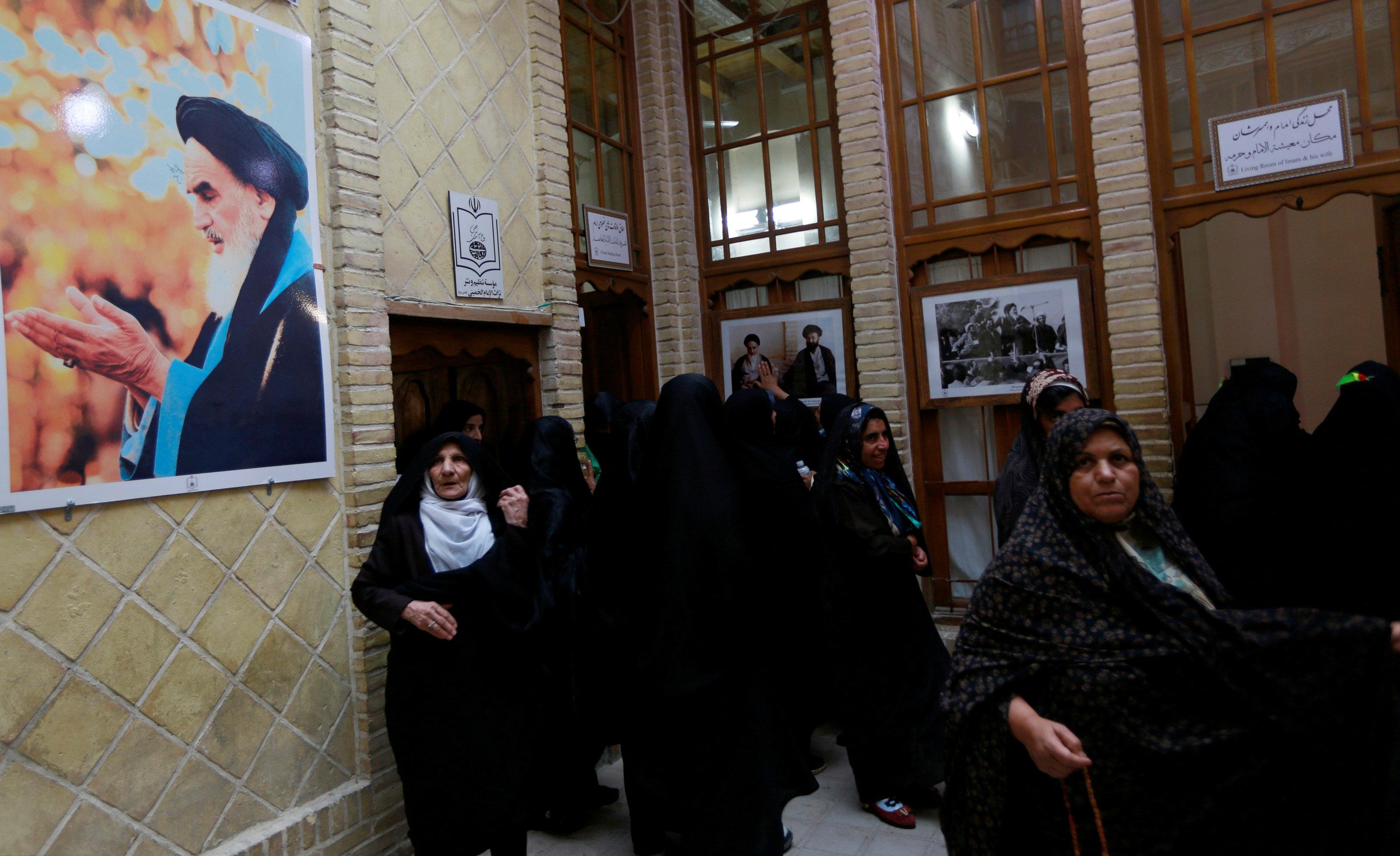 الإيرانيون يحجون لمنزل الخمينى فى ذكرى الثورة
