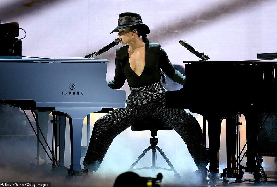إليشا كيز تعزف على 2 بيانو فى وقت واحد