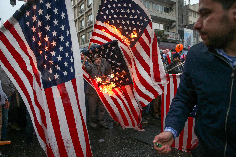محتفلون بذكرى الثورة يحرقون الأعلام الأمريكية بالشوارع
