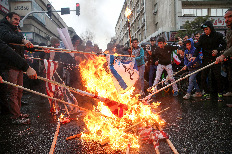 إيرانيون يحرقون أعلام أمريكا وإسرائيل
