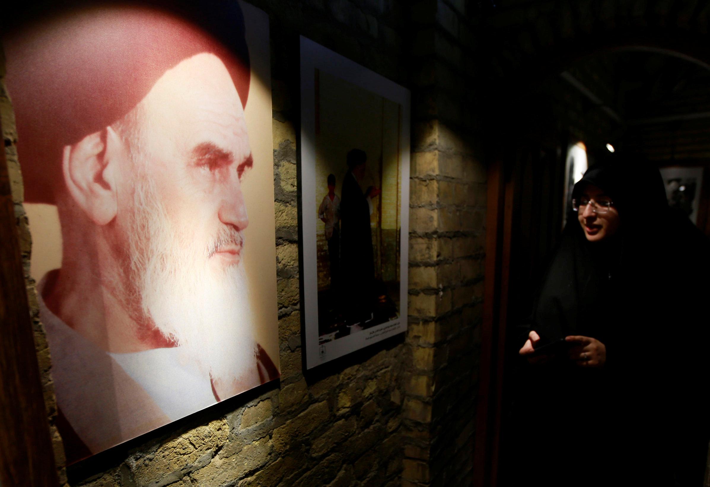 إيرانية تزور منزل الخمينى