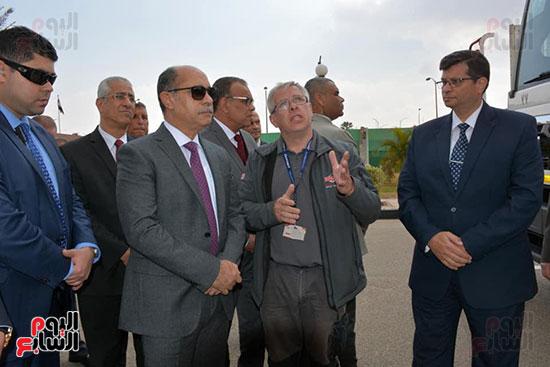 جولة تفقدية لوزير الطيران بشركة مصر للطيران (2)