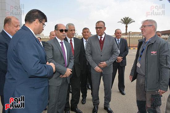 جولة تفقدية لوزير الطيران بشركة مصر للطيران (3)
