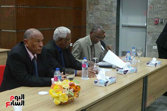 وزيرا-النقل-المصري-والسوداني-في-جولة-تفقدية-بمحطة-السد-العالى-ويوقعان-اتفاقية-نقل-بضائع-(9)