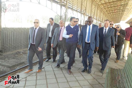 وزيرا-النقل-المصري-والسوداني-في-جولة-تفقدية-بمحطة-السد-العالى-ويوقعان-اتفاقية-نقل-بضائع-(2)