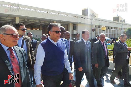 وزيرا-النقل-المصري-والسوداني-في-جولة-تفقدية-بمحطة-السد-العالى-ويوقعان-اتفاقية-نقل-بضائع-(4)
