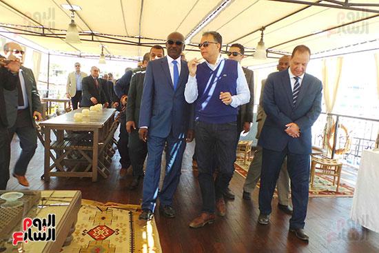 وزيرا-النقل-المصري-والسوداني-في-جولة-تفقدية-بمحطة-السد-العالى-ويوقعان-اتفاقية-نقل-بضائع-(7)