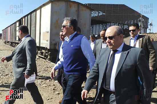 وزيرا-النقل-المصري-والسوداني-في-جولة-تفقدية-بمحطة-السد-العالى-ويوقعان-اتفاقية-نقل-بضائع-(12)