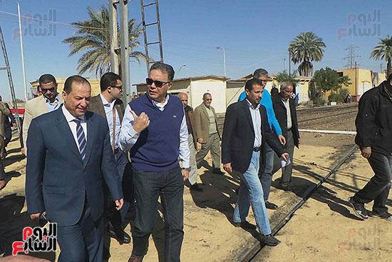 وزيرا-النقل-المصري-والسوداني-في-جولة-تفقدية-بمحطة-السد-العالى-ويوقعان-اتفاقية-نقل-بضائع-(11)