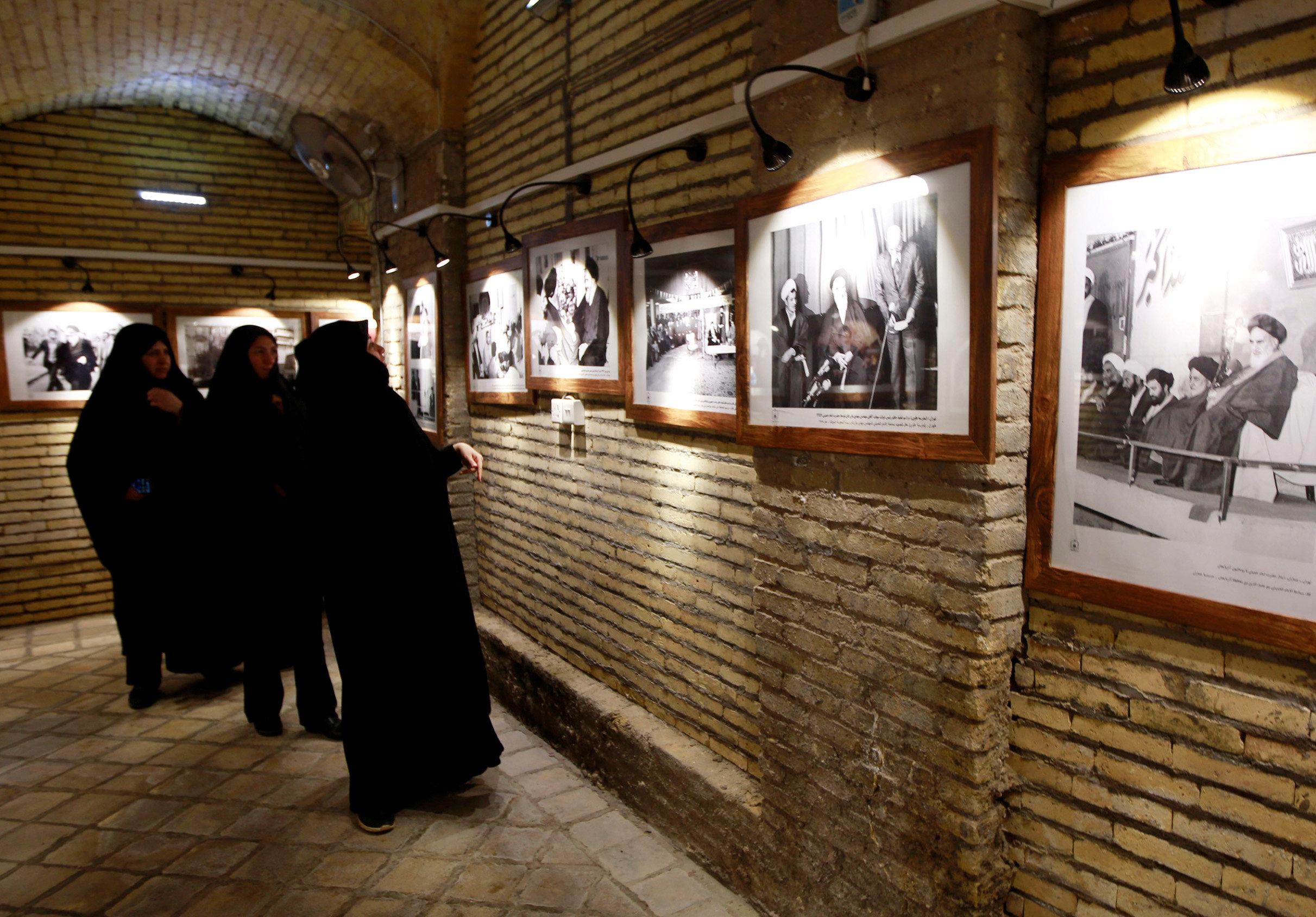 إيرانيات يتفقدن الصورة المتواجدة بمنزل الخمينى