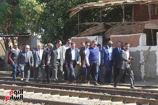 وزيرا-النقل-المصري-والسوداني-في-جولة-تفقدية-بمحطة-السد-العالى-ويوقعان-اتفاقية-نقل-بضائع-(1)