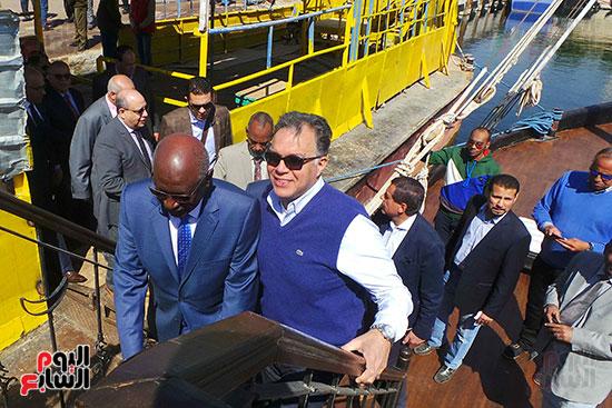 وزيرا-النقل-المصري-والسوداني-في-جولة-تفقدية-بمحطة-السد-العالى-ويوقعان-اتفاقية-نقل-بضائع-(6)