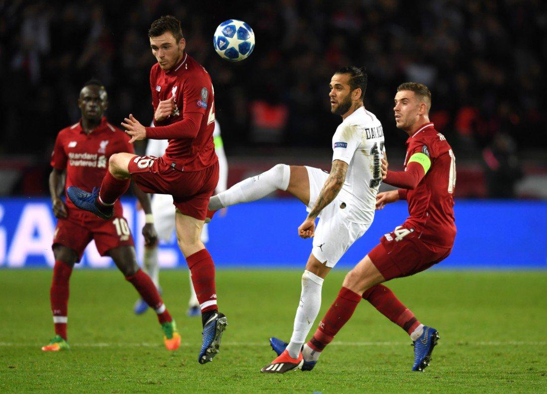ألفيس وحصار من لاعبى ليفربول فى دور المجموعات