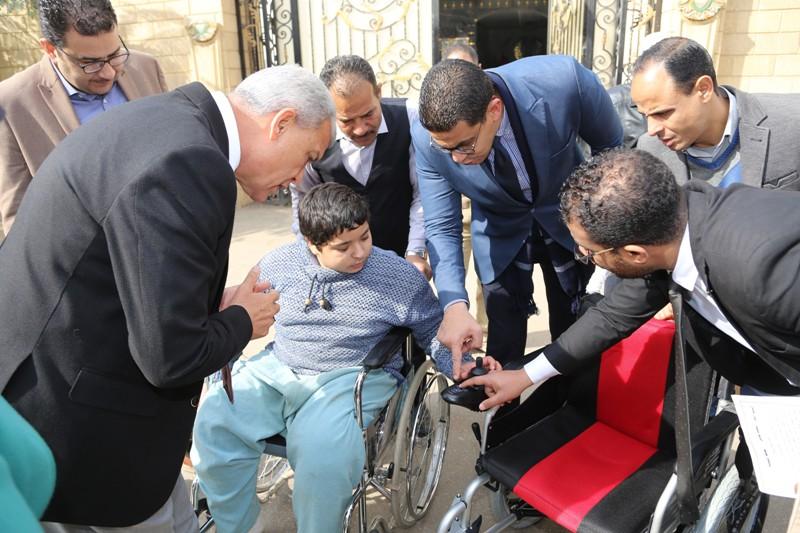 محافظ المنوفية يسلم كرسى متحرك لطالب  (3)