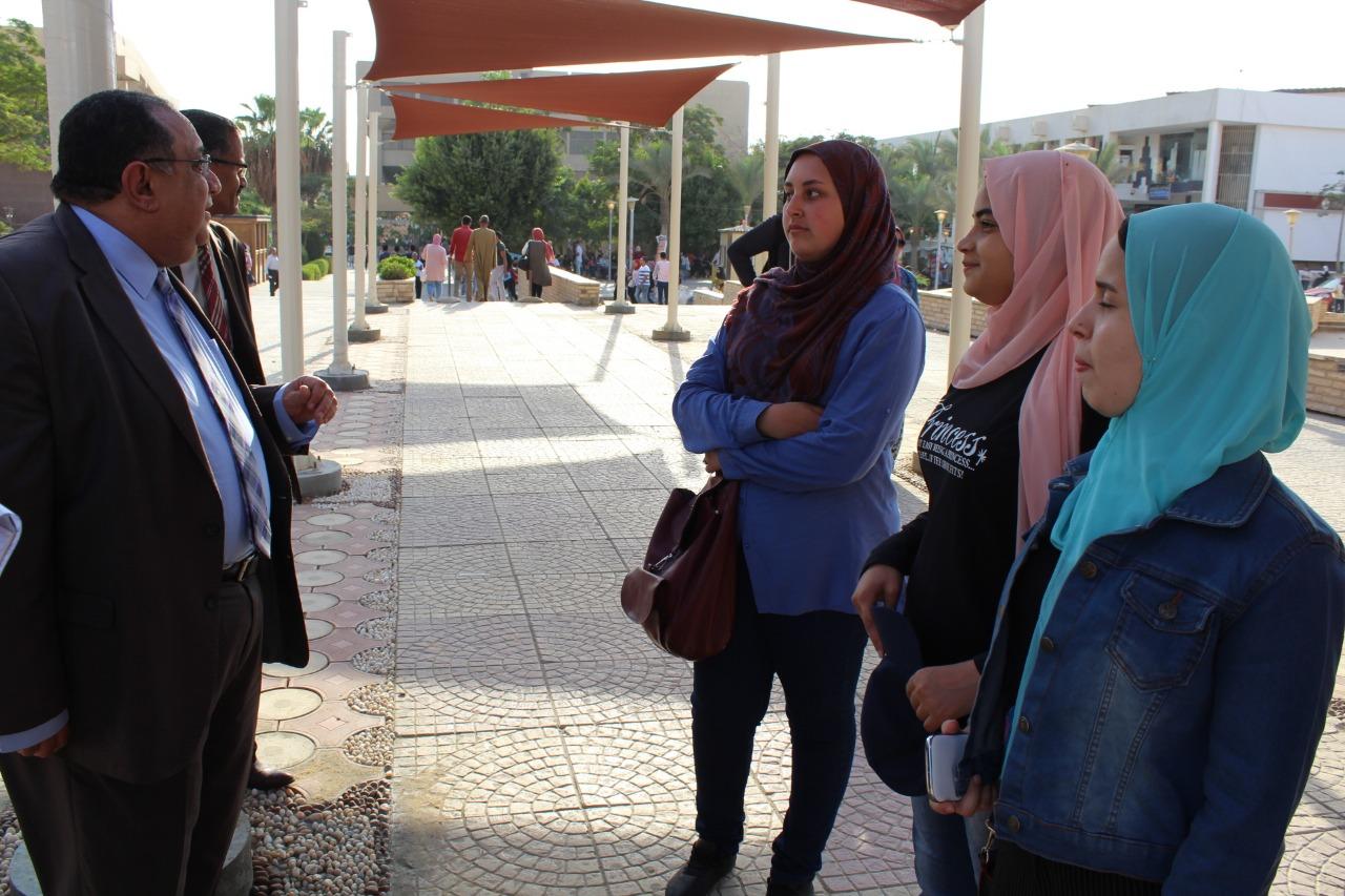 رئيس جامعة حلوان فى جولة تفقدية لمتابعة سير الدراسة بالتيرم الثانى (3)