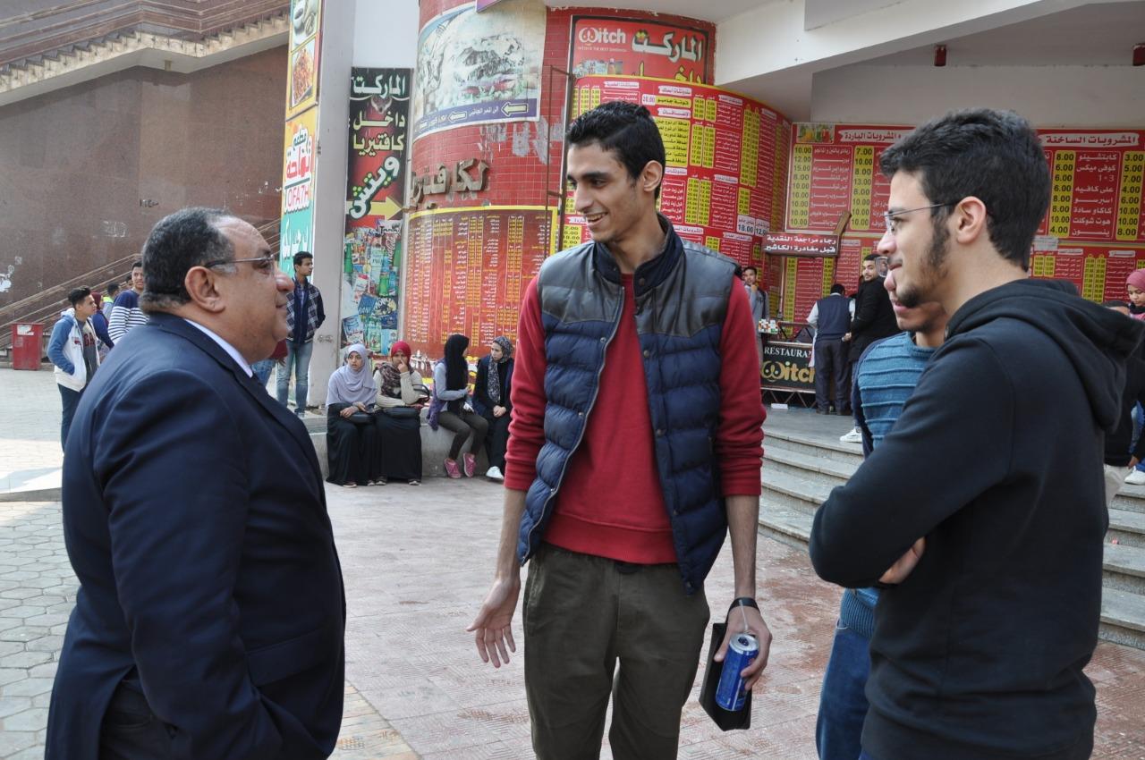 رئيس جامعة حلوان فى جولة تفقدية لمتابعة سير الدراسة بالتيرم الثانى (1)