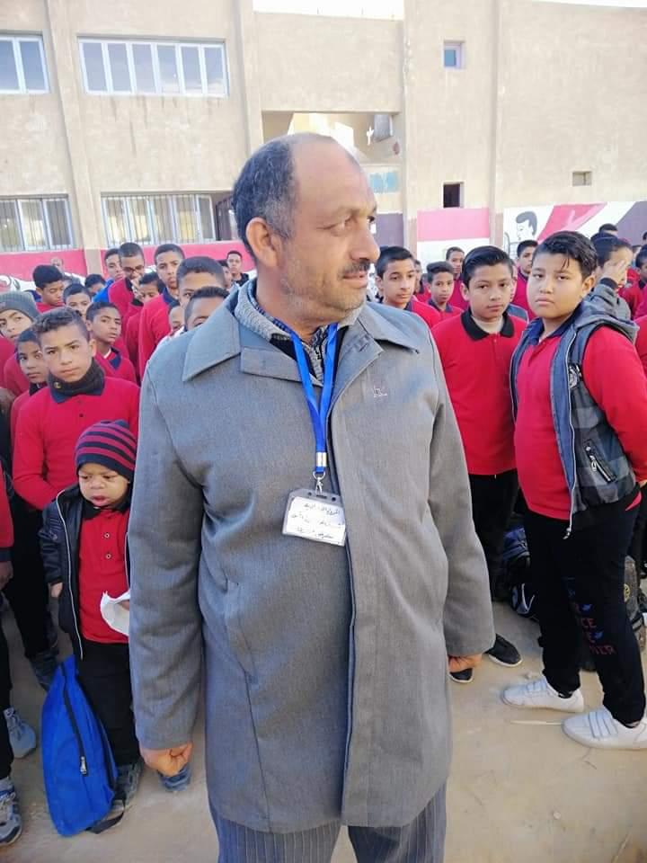 وكيل تعليم الوادى يتابع منظومة الزى الموحد للمعلمين بالمدارس (1)