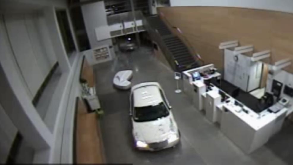 سيدة تقتحم مركز شرطة فى لوس أنجلوس بسيارتها