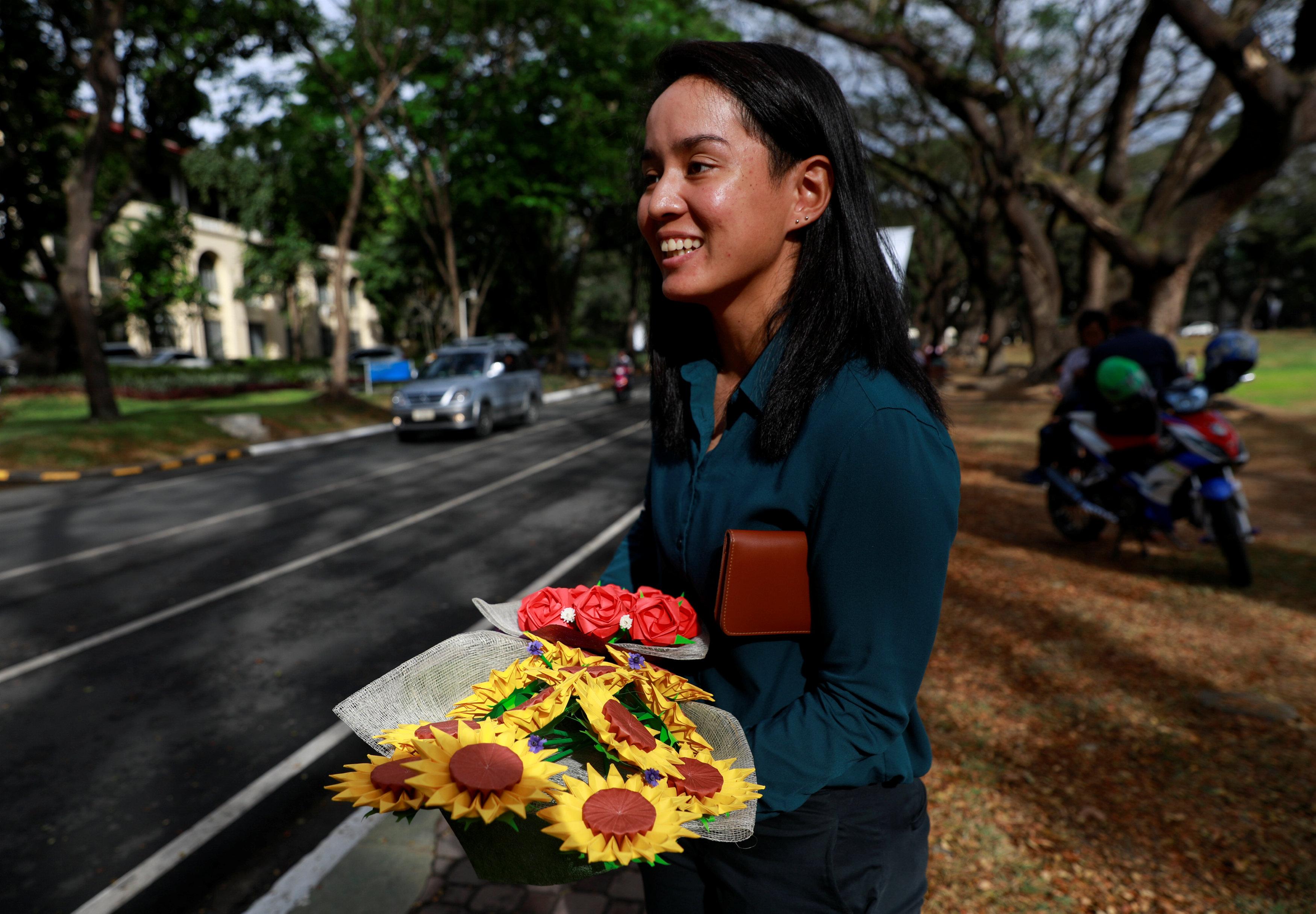 فلبينيون يعبرون عن حبهم الأبدى بباقات زهور ورقية (1)