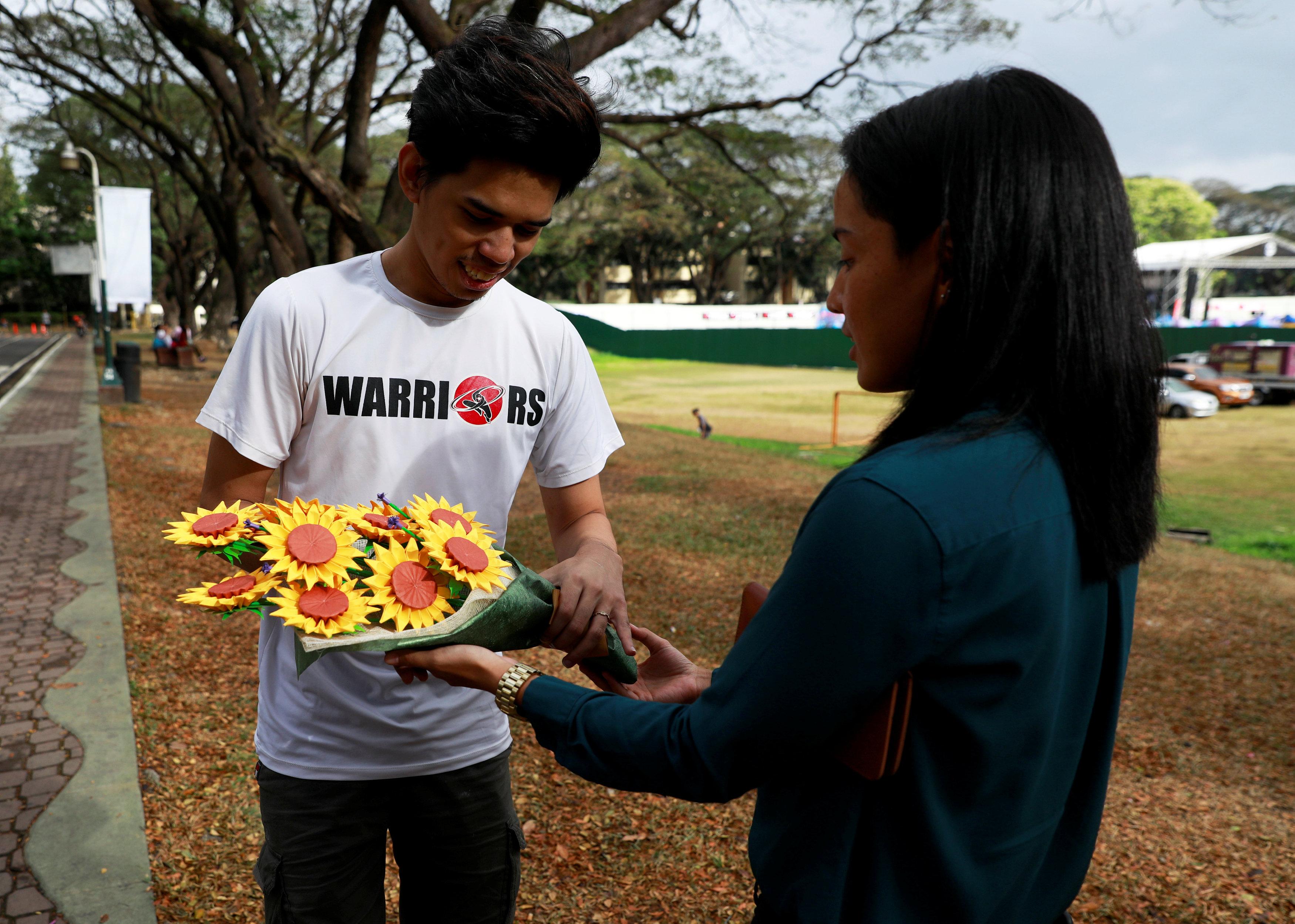 فلبينيون يعبرون عن حبهم الأبدى بباقات زهور ورقية (4)