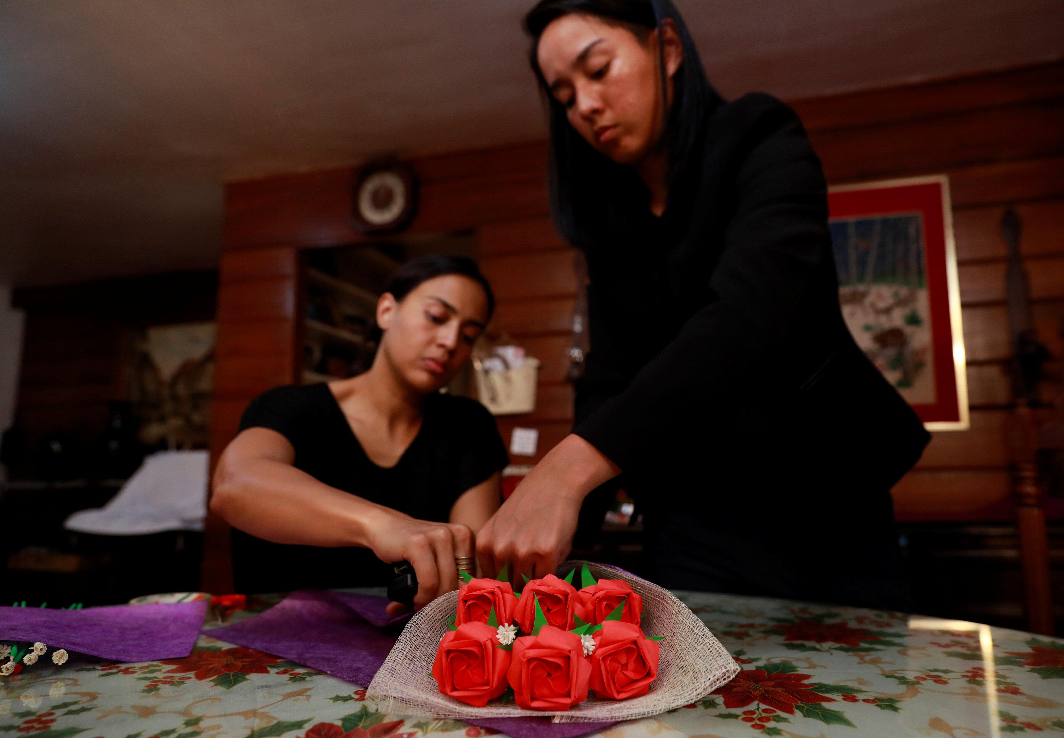 فلبينيون يعبرون عن حبهم الأبدى بباقات زهور ورقية (7)