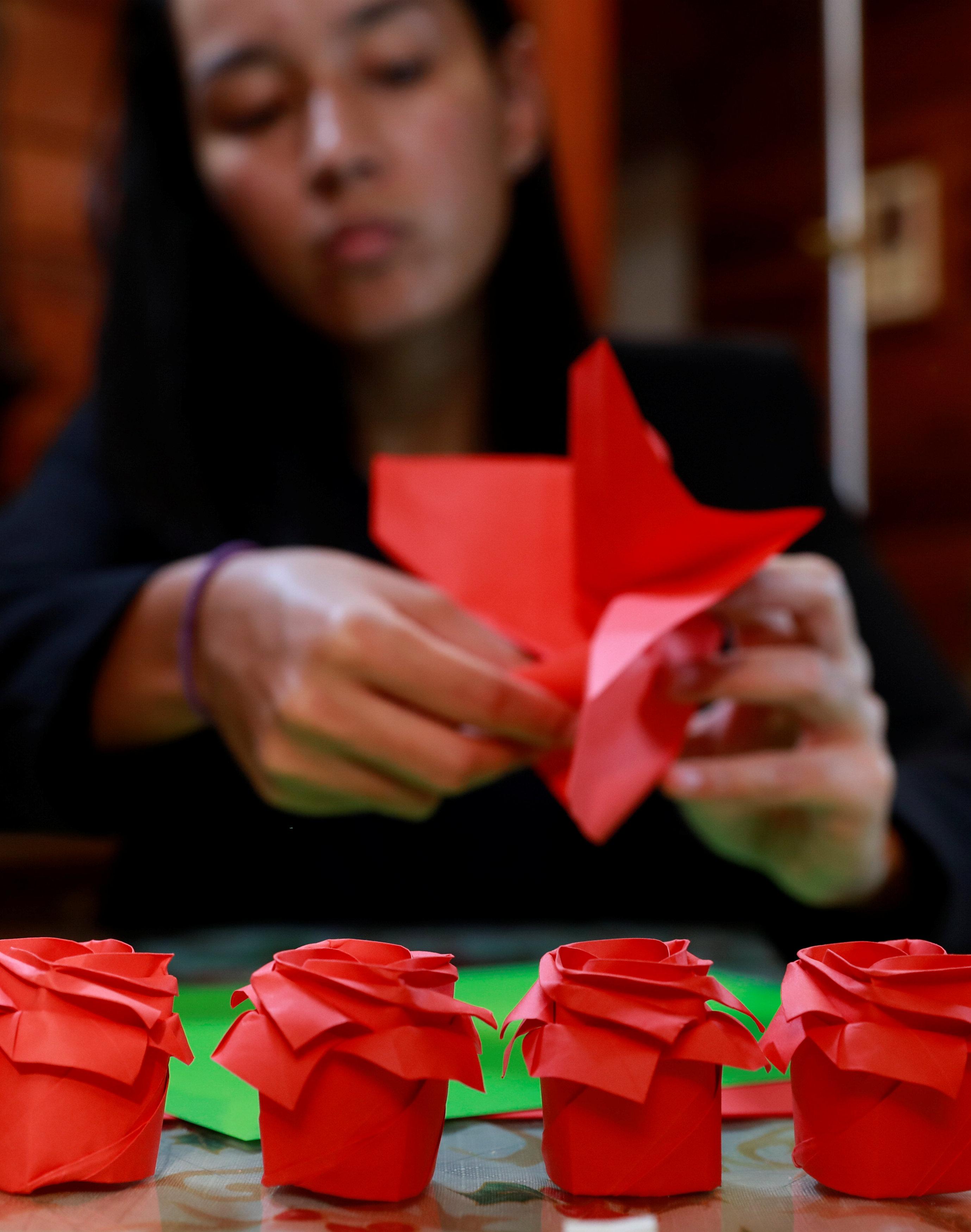 فلبينيون يعبرون عن حبهم الأبدى بباقات زهور ورقية (6)