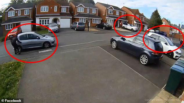 اثنان من اللصوص يحاولون الهرب بينما الاخرون يسرقون السيارة