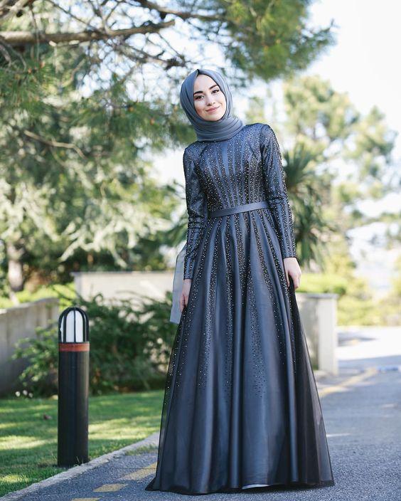 582810c657700 الفستان الرمادى من الستان الفرنسى من الموديلات الكلاسيكية، ويمكن أن يكون  ملائم لحفل خطوبة، وتكون مكملات الأناقة للعريس من نفس اللون.